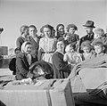 Nieuw aangekomen emigranten (oliem) waaronder kinderen in het doorgangskamp St. , Bestanddeelnr 255-1166.jpg