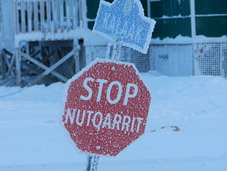 Highways in Nunavut - A stop sign (nutqarrit) in Inuinnaqtun and English in Cambridge Bay