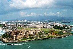 Den den Gamle San Juan i forgrunden.   I fjerne skimter Sierra de Luquillo.