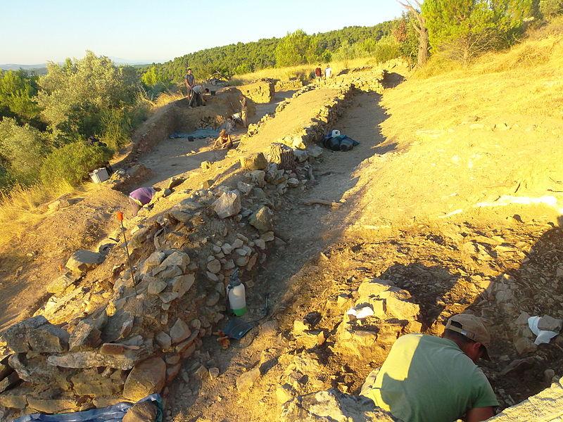 Mailhac (Aude); Oppidum de la colline du Cayla; Porte sud (zone 140) vue du Nord-Est lors de l'opération de fouille dirigée par A. Beylier. Le grand mur de forme wikt:oblongue est un rempart (MR140107).