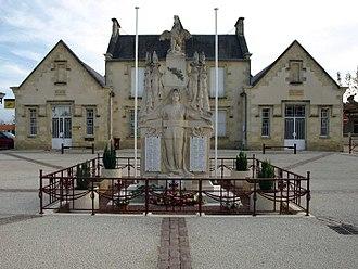 Pugnac - War memorial and town hall