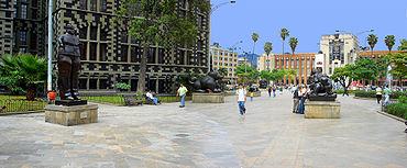 Plaza Botero, al fondo el Museo de Antioquia