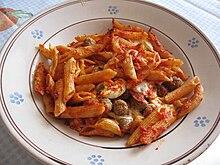 Tipica pasta al forno calabrese (Catanzaro) con ripieno di provola, soppressata, uova sode e polpettine fritte.