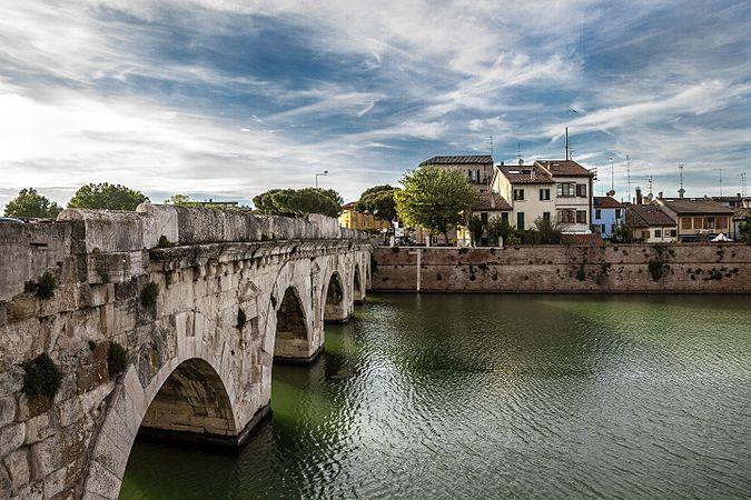 Ponte di Tiberio dalla citta'.jpg