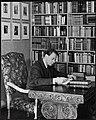 Portrett av bokhandler Birger Halvorsen i sitt bibliotek (8496676115).jpg