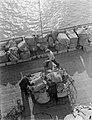Postzakken in Dover worden met een net geladen, Bestanddeelnr 252-1546.jpg