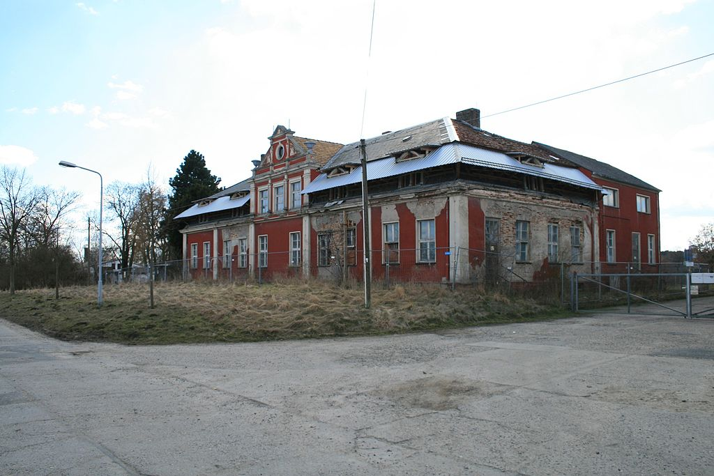 1024px-Potsdam_OT_Satzkorn_Dorfstra%C3%9Fe_7-11_Baudenkmal.JPG