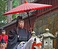 Prêtres shinto dans la procession Hyakumono-Zoroe Sennin Gyoretsu (Shunki reitaisai, Nikko) (42253636195).jpg