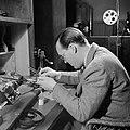 Prins Bernhard bezig met het monteren van een film, Bestanddeelnr 255-7731.jpg