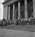 Prins Bernhard salueert op het bordes van de City Hall van Sheffield naar een pa, Bestanddeelnr 935-2057.jpg