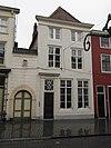 foto van Huis met witgeverfde lijstgevel en schilddak