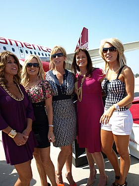 Les participantes de The Real Housewives of Orange County, première version du format The Real Housewives. De gauche à droite : Lynne Curtin, Tamra Barney, Vicki Gunvalson, Jeana Keough et Gretchen Rossi.