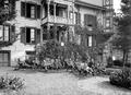 Rekonvaleszente Soldaten erholen sich in Liegestühlen im Garten - CH-BAR - 3241438.tif