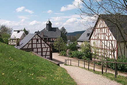 Der Hunsrückweiler Im Freigelände, Links Vorne Die Schmiede, Das Haus Mit  Dem Türmchen Ist