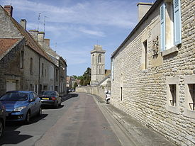 Rue de Reviers et clocher de l'église Saint Vigor.JPG