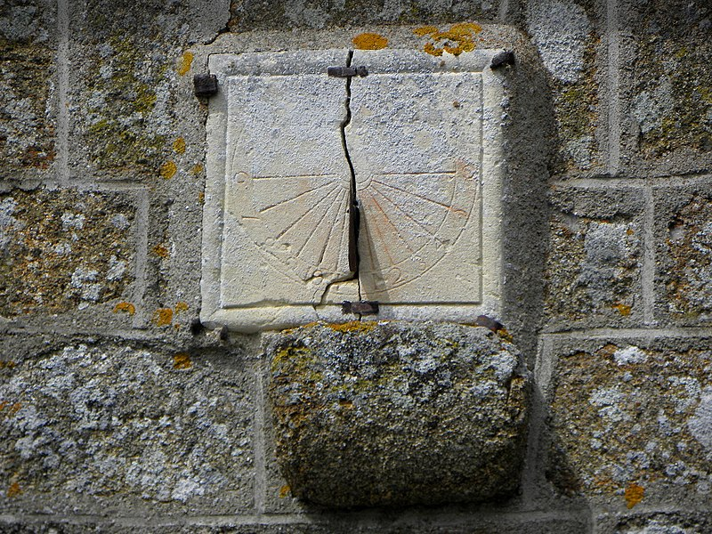 Église Saint-Aubin de Saint-Aubin-Fosse-Louvain (53). Flanc sud. Cadran solaire.