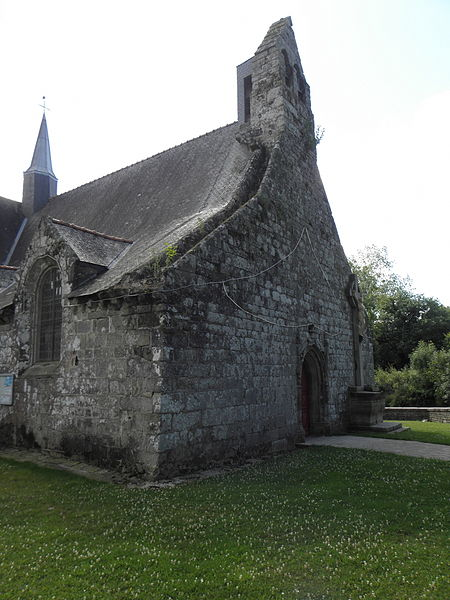 Église Saint-Caradec de Saint-Caradec-Trégomel (56). Façade occidentale et flanc nord.