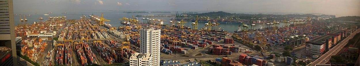 Singapores havn med øen Sentosa i baggrunden.