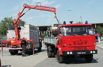Knuckleboom crane - Same crane, extended to recover a damaged car