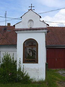 Svojkovice - výklenková kaplička - poklona 1.jpg
