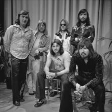 La musique des jukeboxs sur fonds de  flippers - Page 3 220px-The_Cats_-_TopPop_1974_3