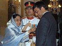 The President, Smt. Pratibha Devisingh Patil presenting the Padma Vibhushan to Shri Viswanathan Anand at Civil Investiture-II Ceremony, at Rashtrapati Bhavan, in New Delhi on May 10, 2008.jpg