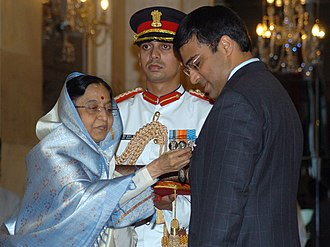 Viswanathan Anand - The President, Smt. Pratibha Devisingh Patil presenting the Padma Vibhushan to Shri Viswanathan Anand, at Rashtrapati Bhavan, in 2008