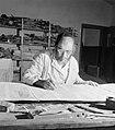 Thora-schrijver aan het werk achter een werktafel, Bestanddeelnr 255-2347.jpg