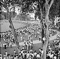 Toeschouwers voor het gouvernementshuis in Paramaribo, Bestanddeelnr 252-4540.jpg