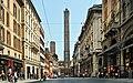 Torre degli Asinelli e Torre della Garisenda a Bologna.jpg