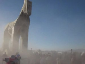 Archivo:Trojan Horse Pull - Burning Man 2011.webm