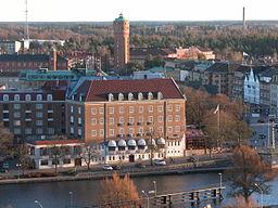 I forgrunden ses det gamle rådhus ved kanten af Got Elv, i baggrunden ses det gamle vandtårn