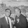 Uitreiking Gouden Harp in Carltonhotel, Eddie Christiani (rechts) en Benedict Si, Bestanddeelnr 918-2064.jpg