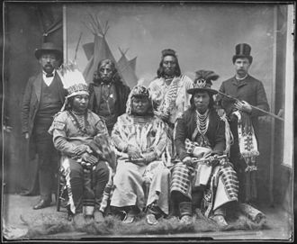 Cayuse people - Image: Umatilla, Paloos, and 2 white men NARA 523642