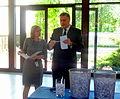Välisministeeriumi kantsler Alar Streimann loosis Eestit tutvustava viktoriini võitjad. 2. juuni 2011 (5790333210).jpg