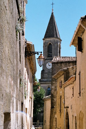 http://upload.wikimedia.org/wikipedia/commons/thumb/b/b7/Village-eglise-alpilles-provence.jpg/300px-Village-eglise-alpilles-provence.jpg