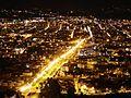 Vista nocturna de la Avenida Solano en Cuenca, Ecuador.jpg