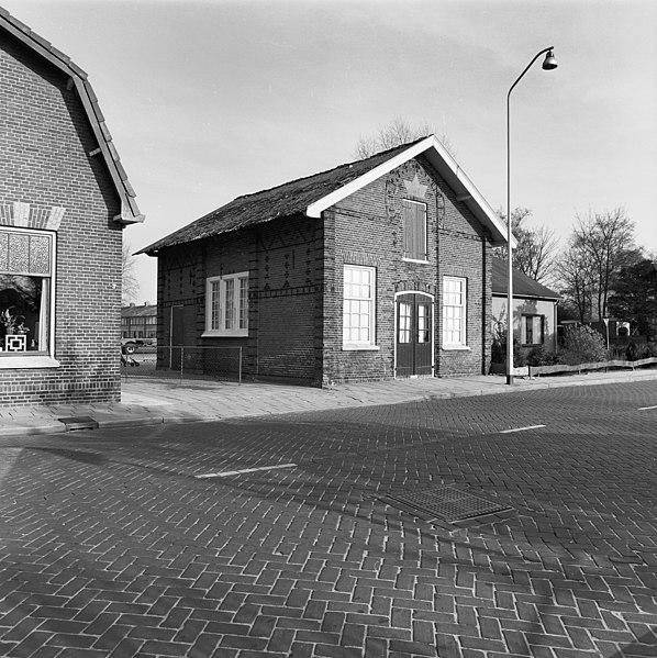 File:Voor- en linker zijgevel - Vriezenveen - 20247549 - RCE.jpg