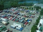 Ein Spektrum: Fahrzeuge verschiedener Nutzfahrzeughersteller bei einem Oldtimer-Treffen vor dem LKW-Werk von Mercedes-Benz in Wörth