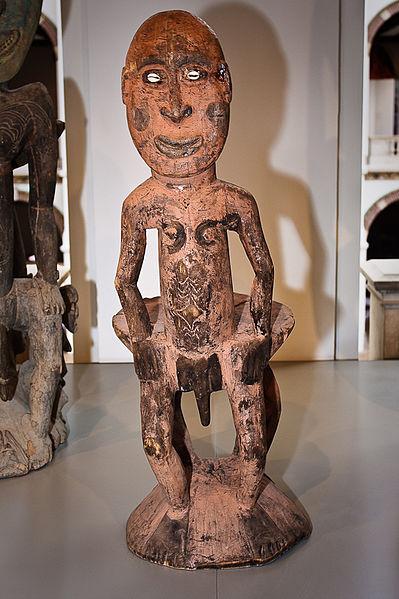 File:WLANL - MicheleLovesArt - Tropenmuseum - Sepik Redenaarsstoel.jpg