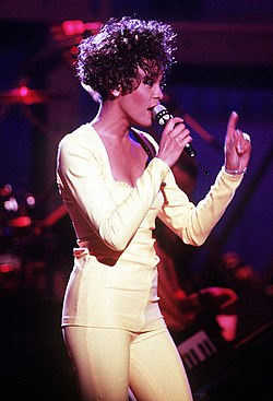Whitney Houston esittämässä kappalettaan Saving All My Love for You Welcome Home Heroes -konsertissa vuonna 1991.