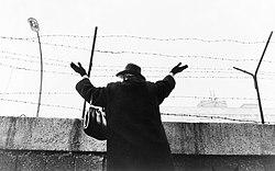 Μια ηλικιωμένη γυναίκα, μετά από τρεις ώρες αναμονής, γνέφει από το δυτικό τομέα σε γνωστούς της, που βρίσκονται στον ανατολικό τομέα (1961)
