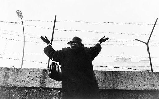 Winken ueber die Berliner Mauer