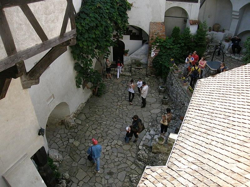 File:Zamek bran dziedziniec.jpg