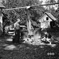 """""""Šnopc kuhajo"""" (črešnovc), kotu s kapo, čeb?r z vodo, Kočarija 1956.jpg"""