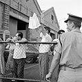 'Afhalers' zwaaien met een zakdoek vanachter hekken op de kade in de haven, Bestanddeelnr 255-2181.jpg