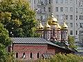Вид с Патриаршего моста на Церковь Николая Чудотворца на Берсеневке в Верх. Садовниках Москва.JPG