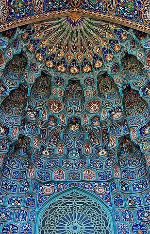 Maiolica portal of Saint Petersburg Mosque. Credit: Сподаренко Юрий Степанович (User:Canes) / License: CC-BY-SA