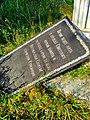 Памятный знак, отвалившаяся плита.jpg