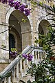 גרם מדרגות בחזית המנזר.jpg